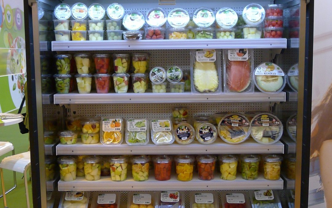 Vasos de fruta fresca cortada